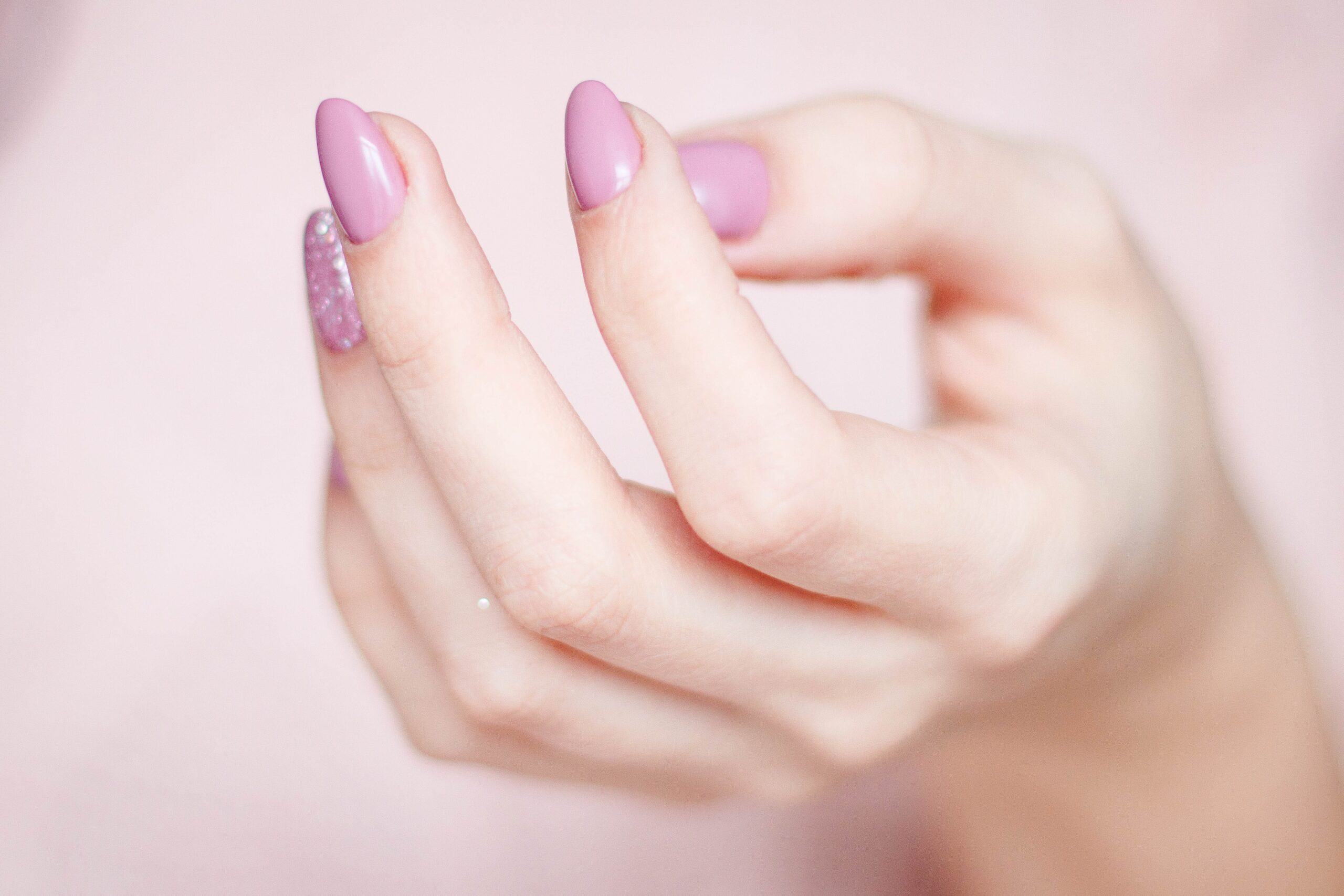 Hos SkinStyle finder du bl.a. Raw Bars fra Mols Organic og vegansk håndsprit fra Nesti Dante